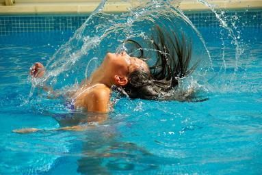 dívka v bazénu