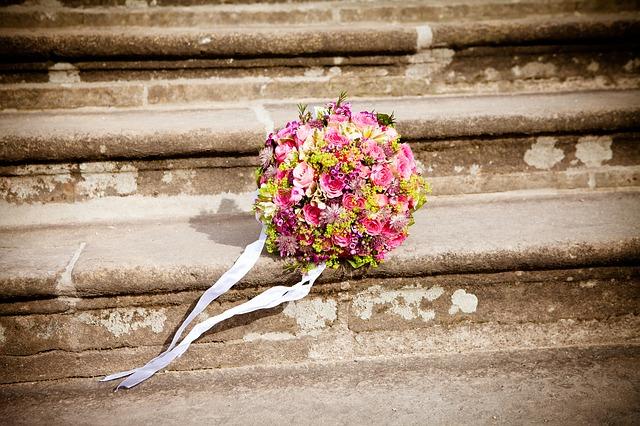 svatební kytice na schodech
