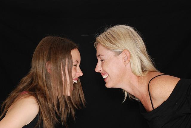 smích dvou žen