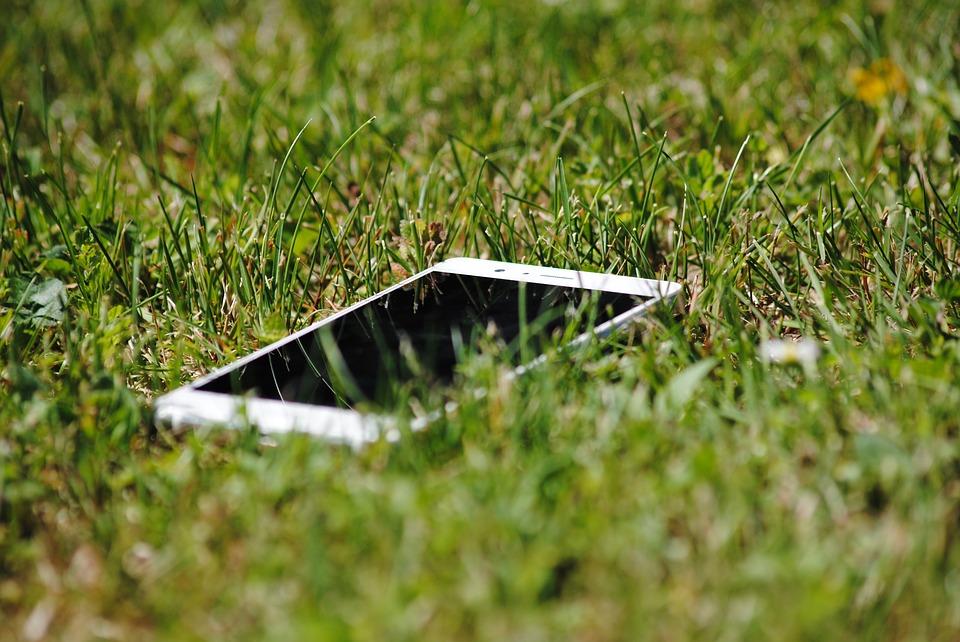 mobil v trávě